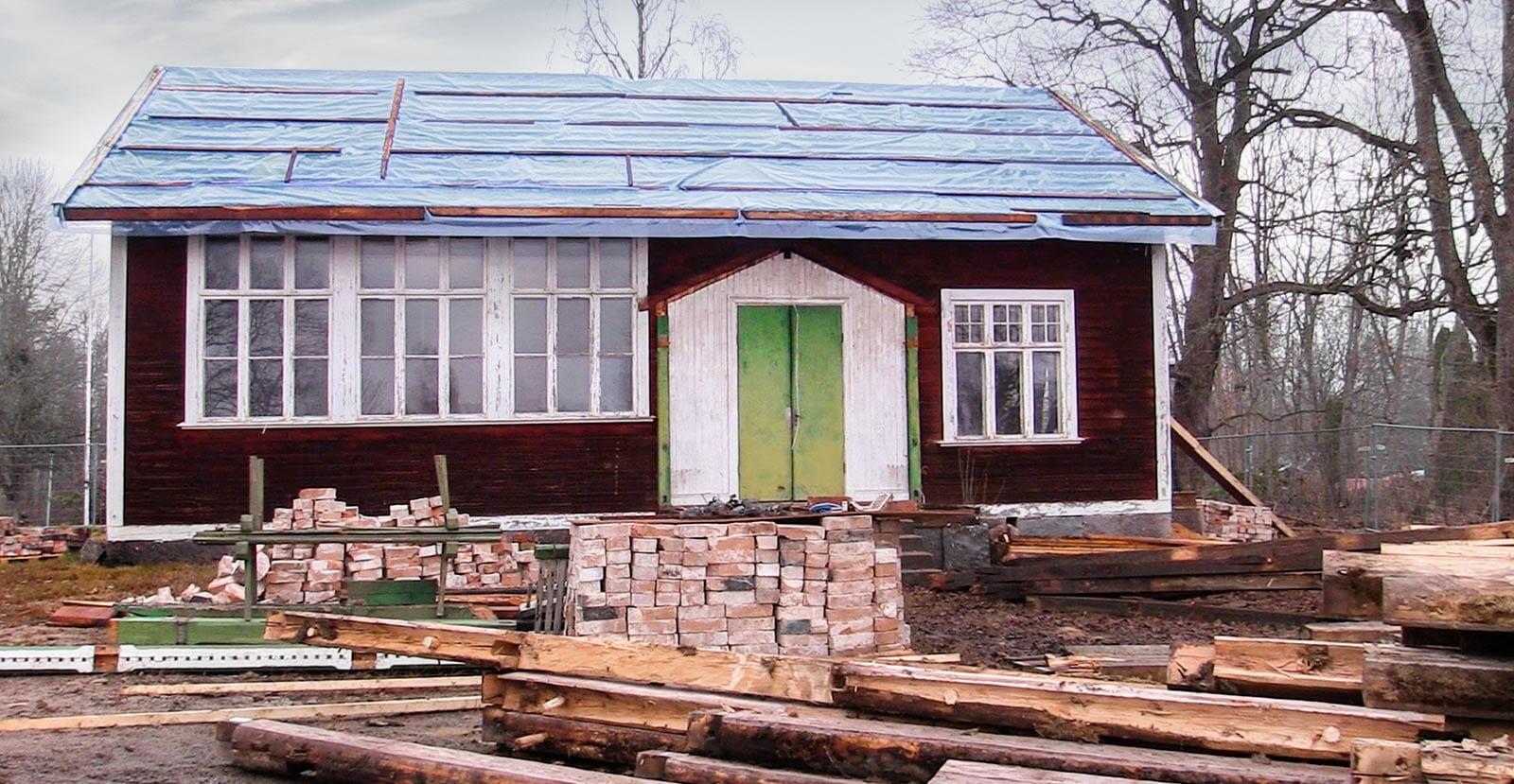 Djulö lilla skola och tvättstuga flyttas till Dufweholms Herrgård