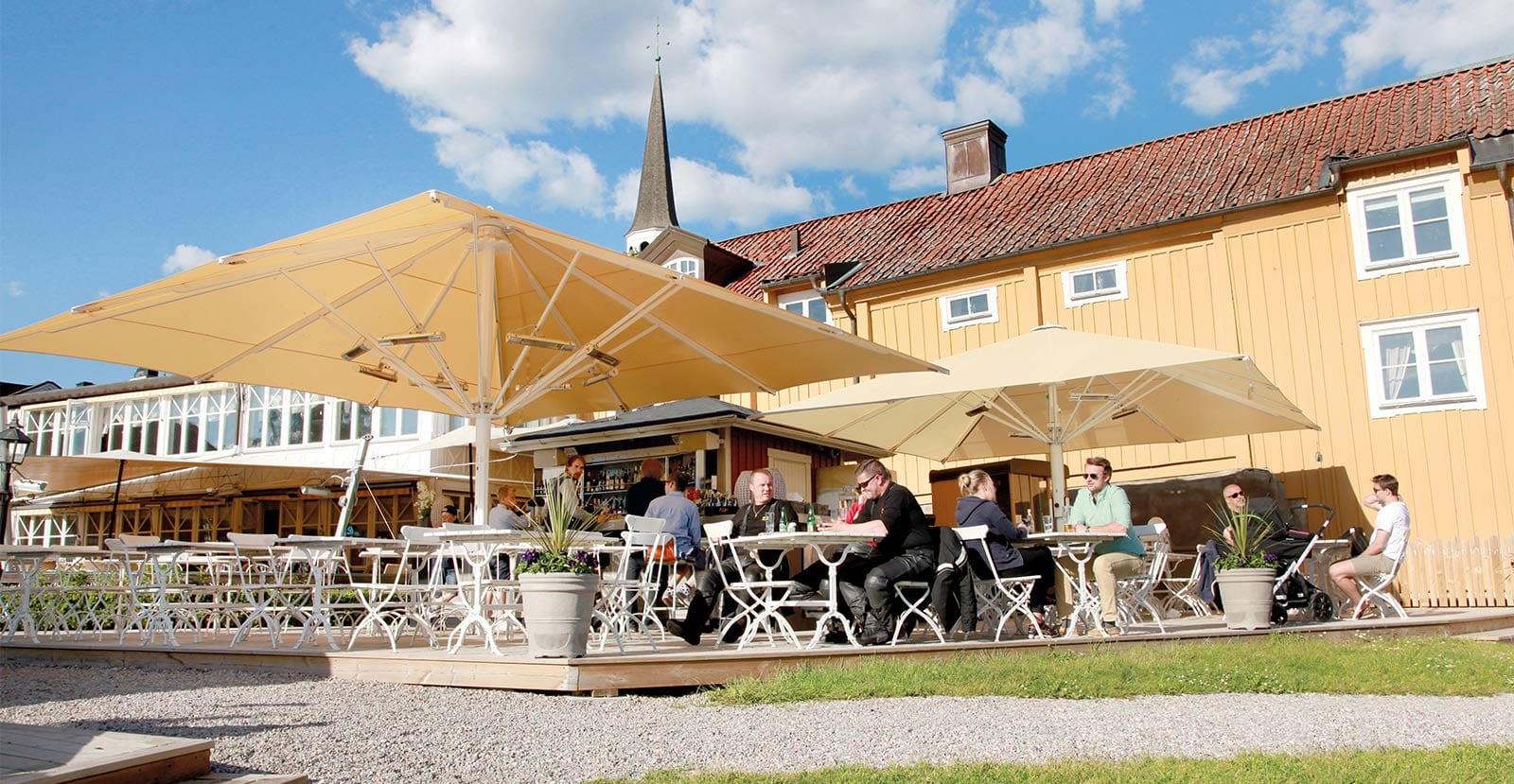Njut av god mat och härlig musik på Gripsholms Värdshus uteservering